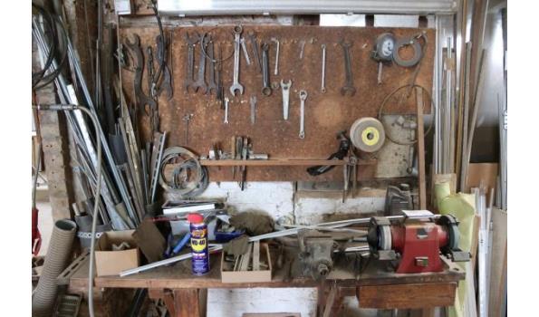 lot gereedschap en 2 gereedschapsslijpmachines