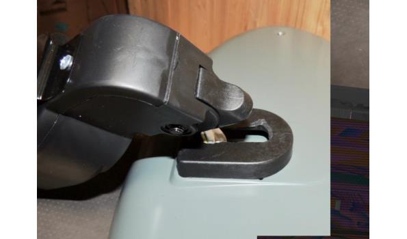 Terrasverwarmer fabr. Excellent type wandmodel 2000W .In werkende staat. Beschadigd. Bevestigingstuk afgebroken