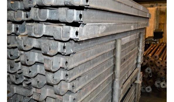 stalen bok inhoudende 26 aluminium steigerplanken l 2,5m