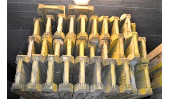 stalen bok inhoudende 32 bekistingsbalken DOKA H20, 24x3,80m, 8x 3,90m