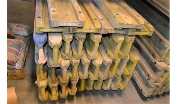 stalen bok inhoudende 31 bekistingsbalken DOKA H20, l 3,90m