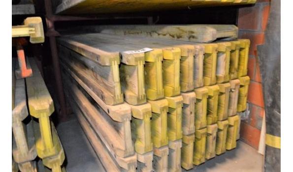 stalen bok inhoudende 30 bekistingsbalken DOKA H20, l 3,90m