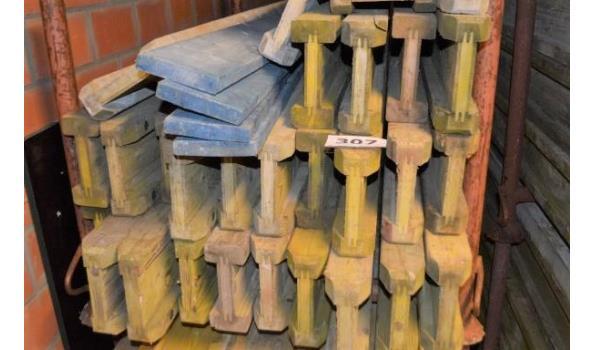 stalen bok inhoudende 29 bekistingsbalken DOKA H20, l 1,80m