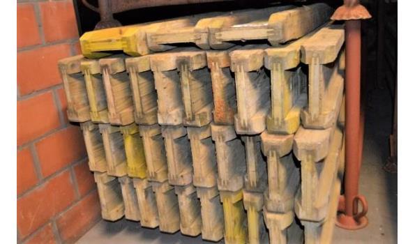 stalen bok inhoudende 33 bekistingsbalken DOKA H20, l 2,45m