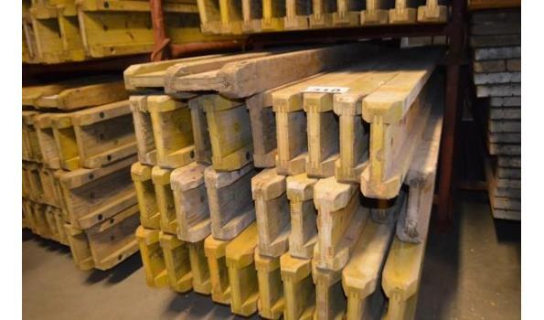 stalen bok inhoudende 32 bekistingsbalken DOKA H20, l 3,30m