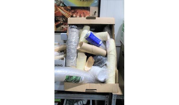 rek met inhoud wo inpakmaterialen, servietten enz