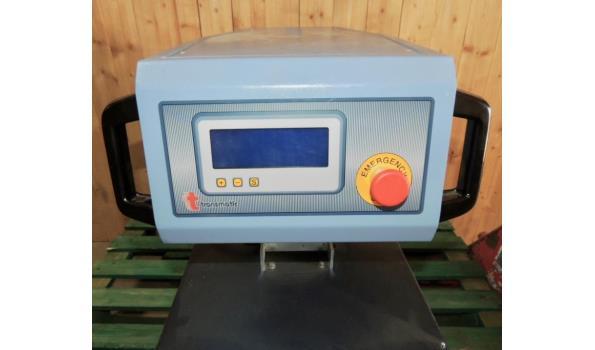 Pneumatische hittepers met treksysteem. Halfautomatische pers met sterke druk. Elektronisch en digitaal touchscreen met visuele controle van temperatuur, druk en tijd met advies bij eventuele fouten. Verwisselbare onderplaat , stukteller en nomexdeksel.