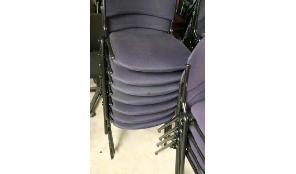 18 stapelbare stoelen, stof bekleed, waaronder beschadigd
