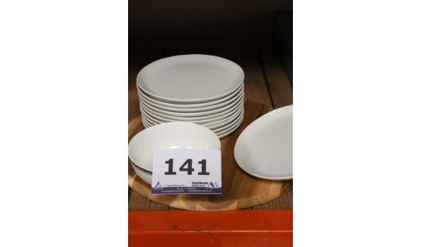 klein lot div borden en rond houten snijplank