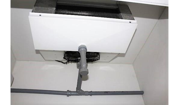 koel-/vriescombinatie ISOMASTERS, afm plm 295x105x260cm, motoren staan boven op de kamer