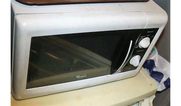 barkrukje plus koelkast en microgolfoven